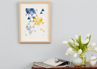 geometrisches Poster minimalistisches Poster Dreiecke Martinesk blau gelb grau A4 Wand Zoom