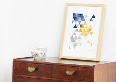 geometrisches Poster minimalistisches Poster Dreiecke Martinesk blau gelb grau A4 Seite Zoom
