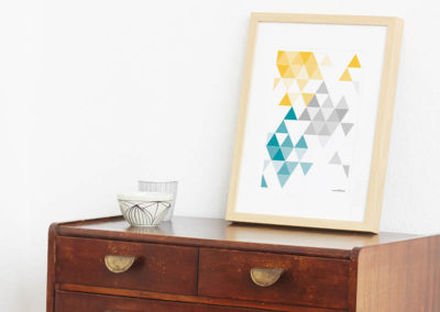 geometrisches Poster minimalistisches Poster Dreiecke Martinesk petrol gelb grau A4 Seite Zoom